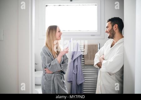 Paar in Bad chatten - Stockfoto
