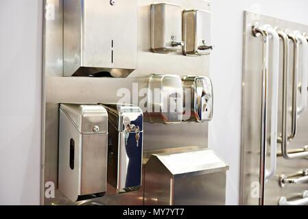 Serviette Boxen und Seifenspender in den Lagern von Waren für Gemeinschafts-Wcs - Stockfoto
