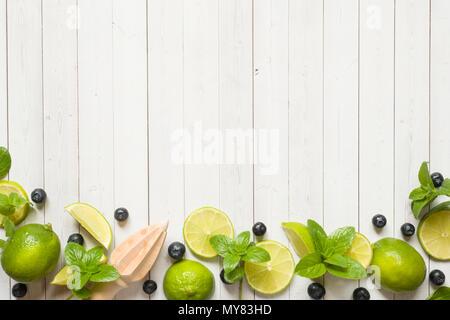 Frische Zitrusfrüchte, Beeren lime mint Blaubeeren auf einem hellen Hintergrund. Kopieren Sie Platz für Text. - Stockfoto