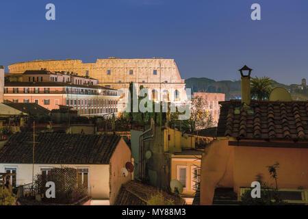 Nachtansicht von Rom in der Nähe von Kolosseum in Rom, Italien. Nacht Stadtbild von Rom. - Stockfoto