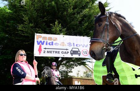 Lokale Bewohner im Dorf Binsted werbend für Autofahrer und andere Verkehrsteilnehmer zu mehr Raum für Pferde, Binsted, Hants, Großbritannien ermöglichen. 20.05.2018. - Stockfoto