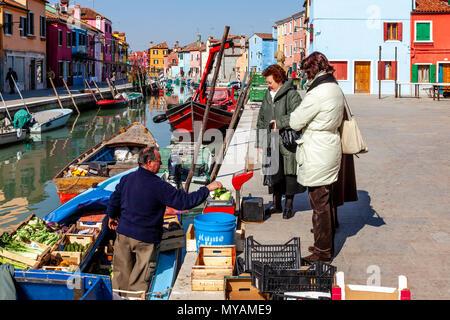 Lokale Frauen kaufen Obst und Gemüse von einem mobilen Shop, Insel Burano, Venedig, Italien - Stockfoto
