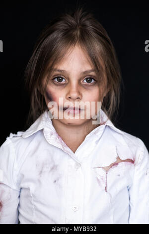 Kindesmissbrauch. Traurig und einsam Mädchen weinen. Verletzte Kind als Opfer von häuslicher Gewalt posing - Stockfoto