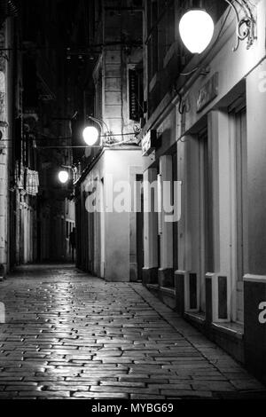 Nightshot des alten Centre Street in Šibenik, Kroatien. - Stockfoto