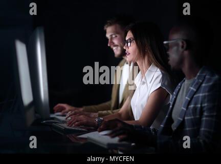 Bis zu schließen. Eine Gruppe von jungen Leuten arbeiten an Computern