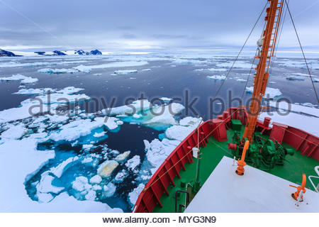 Ein forschungsschiff Navigieren zwischen Eisblöcke im antarktischen Meer. - Stockfoto