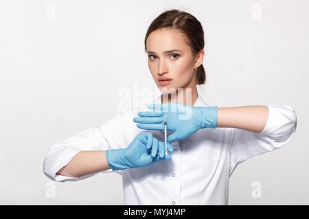 Arzt in Uniform und Handschuhe mit Spritze - Stockfoto