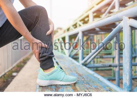 Junge Frau ihre Beine Stretching vor dem Betrieb auf der Strecke. Gesunde und übung Konzept - Stockfoto