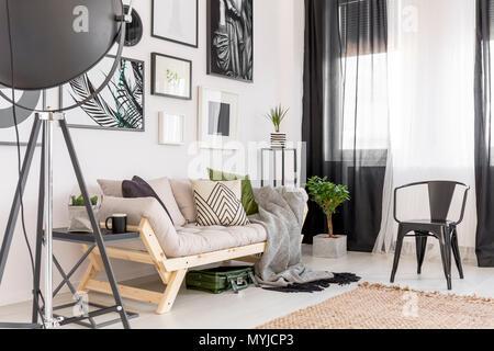 ... Galerie Der Poster über Dem Sofa Neben Werk Und Schwarzen Stuhl Im Gemütlichen  Wohnzimmer Innenraum