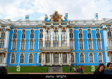 Sankt Petersburg, Russland - 2. Mai 2018: Touristen besuchen die Catherine Palace ist ein Rokoko Palast in der Stadt von Zarskoje Selo (Puschkin), Saint- - Stockfoto
