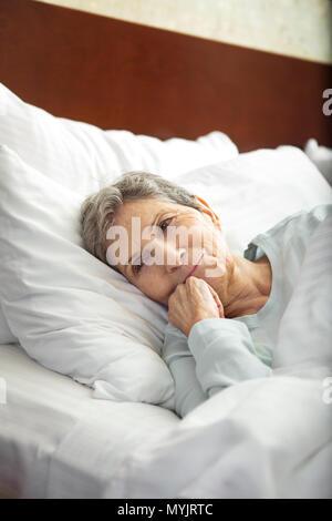 Reifen älteren Frau eine gute Nachtruhe. - Stockfoto