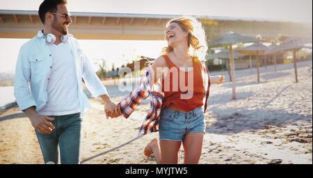 Schönes Paar umarmen und dating auf Strand - Stockfoto