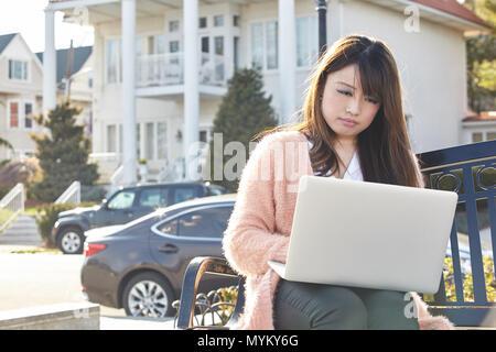 Asiatische Frau Arbeiten am Laptop. - Stockfoto