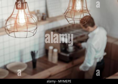 Zuständige barista die Zubereitung von Kaffee für Client - Stockfoto