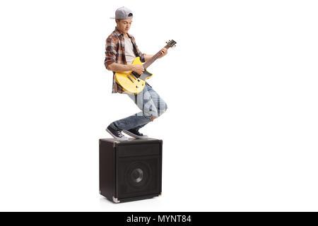 Teenager stehen auf einen Verstärker und eine E-Gitarre auf weißem Hintergrund - Stockfoto