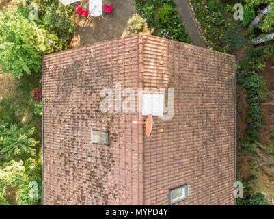 Kontrolle der Dach eines Hauses mit einer Drohne, Luftbild, vertikal fotografiert, vom Dach eines Einfamilienhauses, fliegende Kamera - Stockfoto
