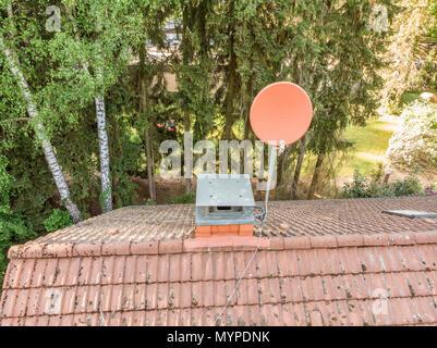 Kontrolle der SAT-Schüssel, ein Haus mit einer Drohne, Luftaufnahme vom Dach eines Einfamilienhauses, Lufteinlass - Stockfoto