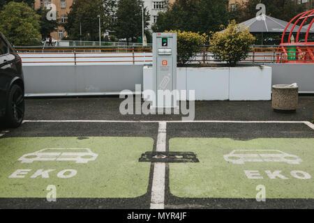 parkplatz und ladestation f r elektroautos stockfoto bild. Black Bedroom Furniture Sets. Home Design Ideas
