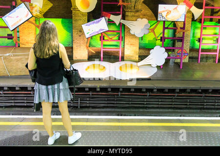 """Gloucester Road, London, UK, 8. Juni 2018. Kunst in der U-Bahn eine neue Kommission vorlegen, den der britische Künstler Heather Phillipson für die stillgelegte Plattform an der U-Bahnstation Gloucester Road. Die kunstwerke, """"Mein Name ist lettie eggsyrub"""", der ersten öffentlichen Phillipson der Kommission in den US K, füllt die 80 m-Plattform an der Station und wird für die Dauer eines Jahres. Das Jahr lange Programm ist Teil der Bürgermeister von London# BehindEveryGreatCity Kampagne und bietet ausschließlich weiblichen Künstlerinnen und Künstler. Credit: Imageplotter Nachrichten und Sport/Alamy leben Nachrichten - Stockfoto"""
