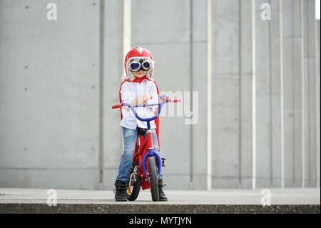 Eine lustige, kleine Superhelden. Konzept junge Phantasie. Happy childchood. - Stockfoto