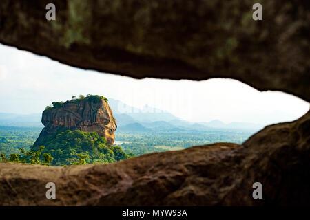 Spektakuläre Aussicht auf den Lion Rock von einem Felsen durch grüne und reiche Vegetation eingerahmt. Bild, von pidurangala Felsen Sigiriya, Sri Lank - Stockfoto