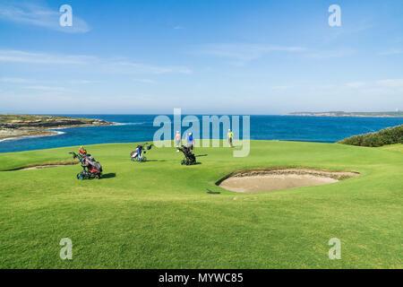 Einige Spieler auf einem der malerischen Grüns an der New South Wales Golf Club in der Botany Bay, Sydney - Stockfoto