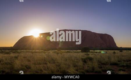 Uluru oder Ayers Rock im Outback Australien - Stockfoto