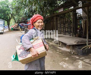 Eine Frau, die die Einkaufsmöglichkeiten in Cao Bang Provinz, North Vietnam - Stockfoto