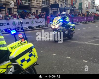 Coventry St, London, UK. 13. Sep, 2015. Tour of Britain beginnt in London, Vereinigtes Königreich.  Polizei Eskorte - Stockfoto