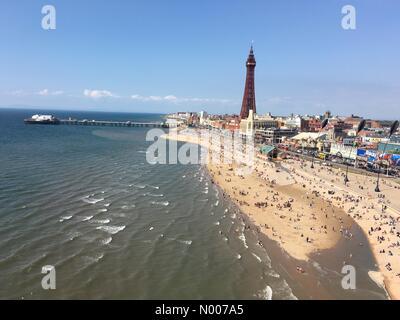 UK-Wetter, sonnigen Tag in Blackpool. Belebten Strand als Flut kommt in - Stockfoto