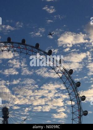 London, UK. 14. Dezember 2016. London Eye und Flugzeug, am frühen Morgen. (Wetter, UK) Bildnachweis: Glenn Sontag/StockimoNews/Alamy - Stockfoto