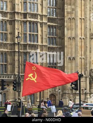 Abingdon St, London, UK. 9. Mai 2017. VE Day Parade vor dem Parlament in Großbritannien Credit: Ilyas Ayub/StockimoNews/Alamy - Stockfoto