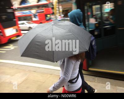 London, Großbritannien. 12 Aug, 2018. UK Wetter: Regen in London Quelle: PennPix/Matt Pennington/StockimoNews/Alamy leben Nachrichten - Stockfoto