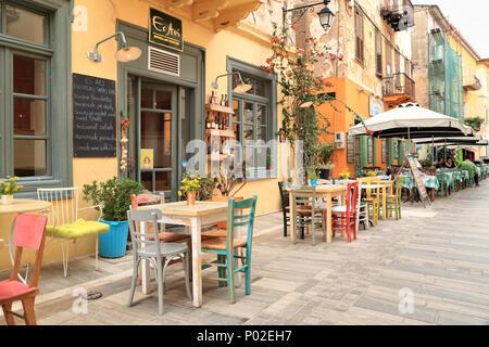Griechischer Kaffee Bar, 'Es Aei', Enoteca und Tapas Bar, bunte Nafplio Wein Bar, Griechenland - Stockfoto