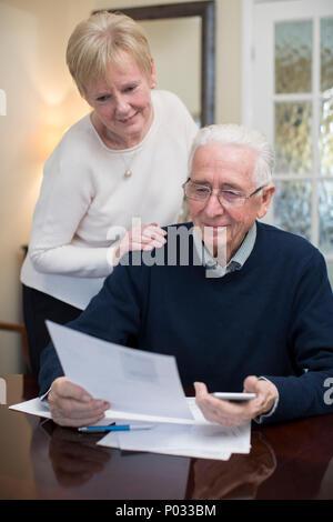 Gerne älteres paar Überprüfung inländische Finanzen zusammen - Stockfoto