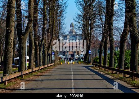 Entlang von Bäumen gesäumten Allee führt zu den historischen monumentalen Komplex der Certosa von Pavia - Stockfoto