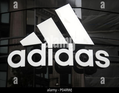 Ein Adidas Store auf der Oxford Street in Central London. - Stockfoto