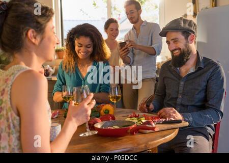 Gruppe von Freunden Spaß beim Kochen Mittagessen in der Küche gemischt - Stockfoto