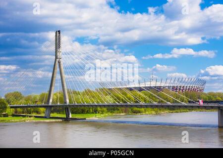 Warschau, Polen - 24 April 2016: - Die nationalen Stadium durch die Swietokrzyski Brücke über die Weichsel voraus. Speziell für die UEFA EURO gebaut - Stockfoto