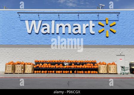 COBLESKILL, NY/USA - Oktober 27, 2017: Kürbisse zum Verkauf zu einem Walmart in Cobleskill, einer Stadt in Schoharie County, New York State. - Stockfoto