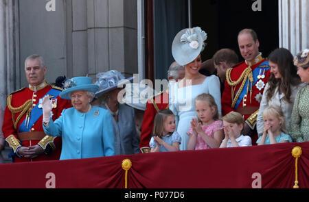 Prinzessin Charlotte und Prince George mit anderen Mitgliedern der britischen Royal Family auf dem Balkon des Buckingham Palastes nach dem Trooping der Farbe 2018. Die Farbe markiert den Queens offizieller Geburtstag. Die Farbe, London, 9. Juni 2018. - Stockfoto