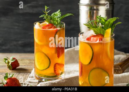 Süße erfrischende Pimms Cup Cocktail mit Obst und Minze - Stockfoto