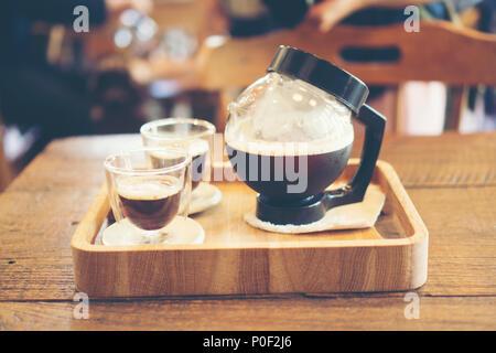Nitro kalten Kaffee brühen - Stockfoto