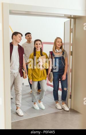 Happy Teenager an der High School Studenten zu Fuß von der Schule Korridor - Stockfoto