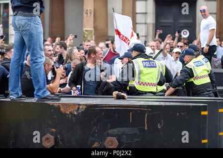 London, Großbritannien. 09. Juni 2018: Tausende besuchen eine März und Protest außerhalb Downing Street 10 Aufruf für die Freilassung der Journalistin Tommy Robinson. Credit: Ian Francis/Alamy leben Nachrichten - Stockfoto