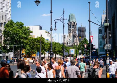 Berlin, Deutschland - Juni 09, 2018: die Menschen überqueren die Straße an Berlins berühmtesten Einkaufsmeile, dem Kurfürstendamm, auch Ku'Damm an einem sonnigen Tag - Stockfoto
