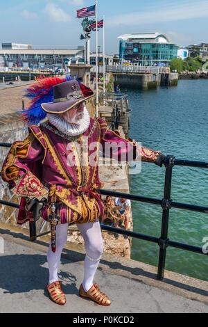 Ein Mann in Wams und Schlauch wirft in der Nähe der Mayflower in Plymouth, England. Obwohl nicht der tatsächliche Standort, an dem die Pilger des Vaters ging, ich - Stockfoto