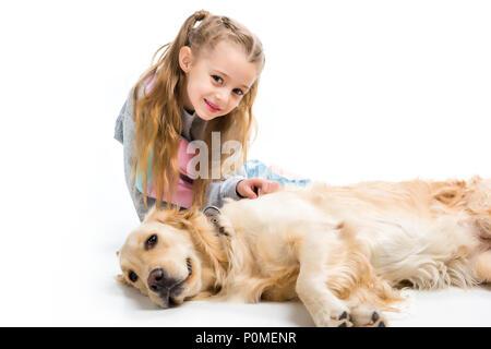 Kind und Hund suchen Bei camera isoliert auf weißem - Stockfoto