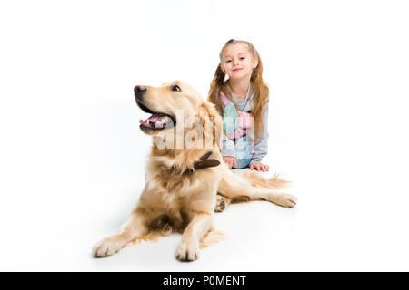 Stilvolle Kind und Hund liegend mit Kragen isoliert auf weißem - Stockfoto