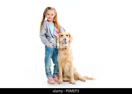 Kleines Kind stehend mit Golden Retriever isoliert auf weißem - Stockfoto